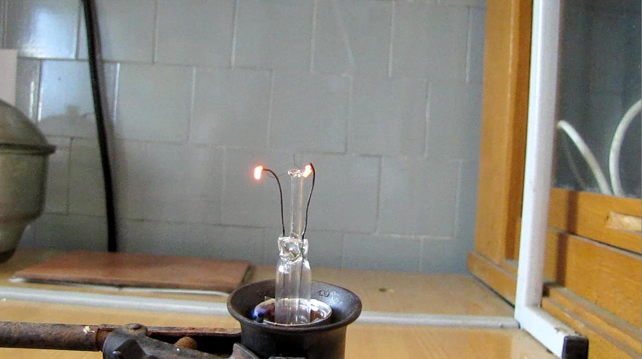 Графит между электродами лампы