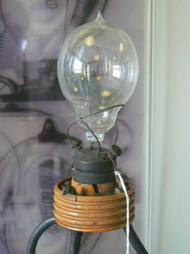 Одна из первых ламп Эдисона