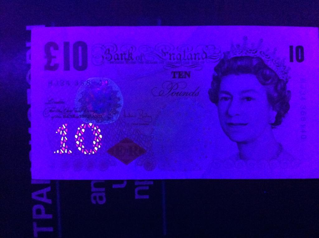 Деньги в ультрафиолетовом свете