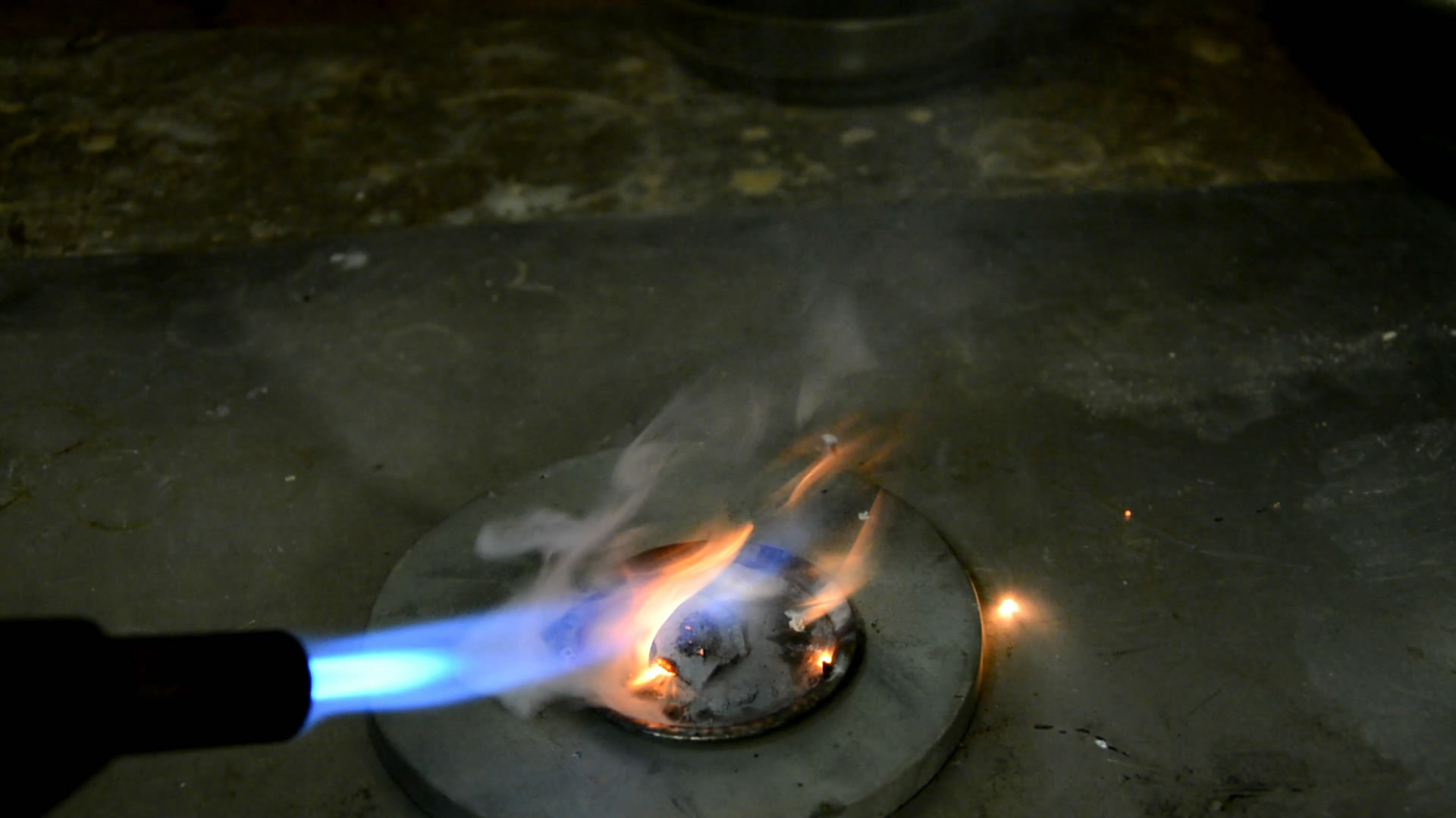 Цинковый вулкан (горение смеси тетрахлорида углерода и цинковой пыли)