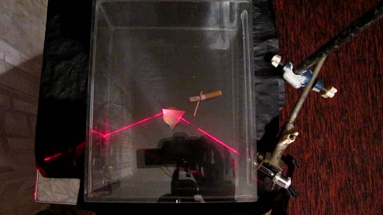 Красный лазер, дым и трехгранная призма. Red Laser, Smoke and Triangular Prism
