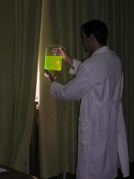 Наблюдение флуоресценции (раствор флуоресцеина)
