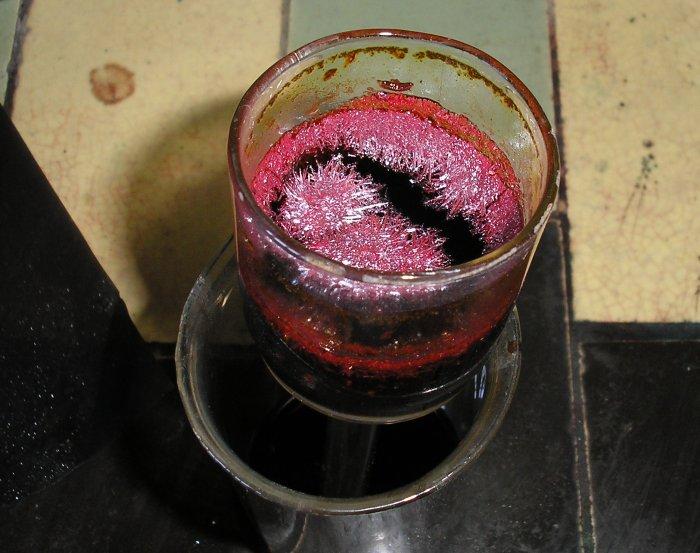 Кристаллы хромового ангидрида выросли из хромовой смеси