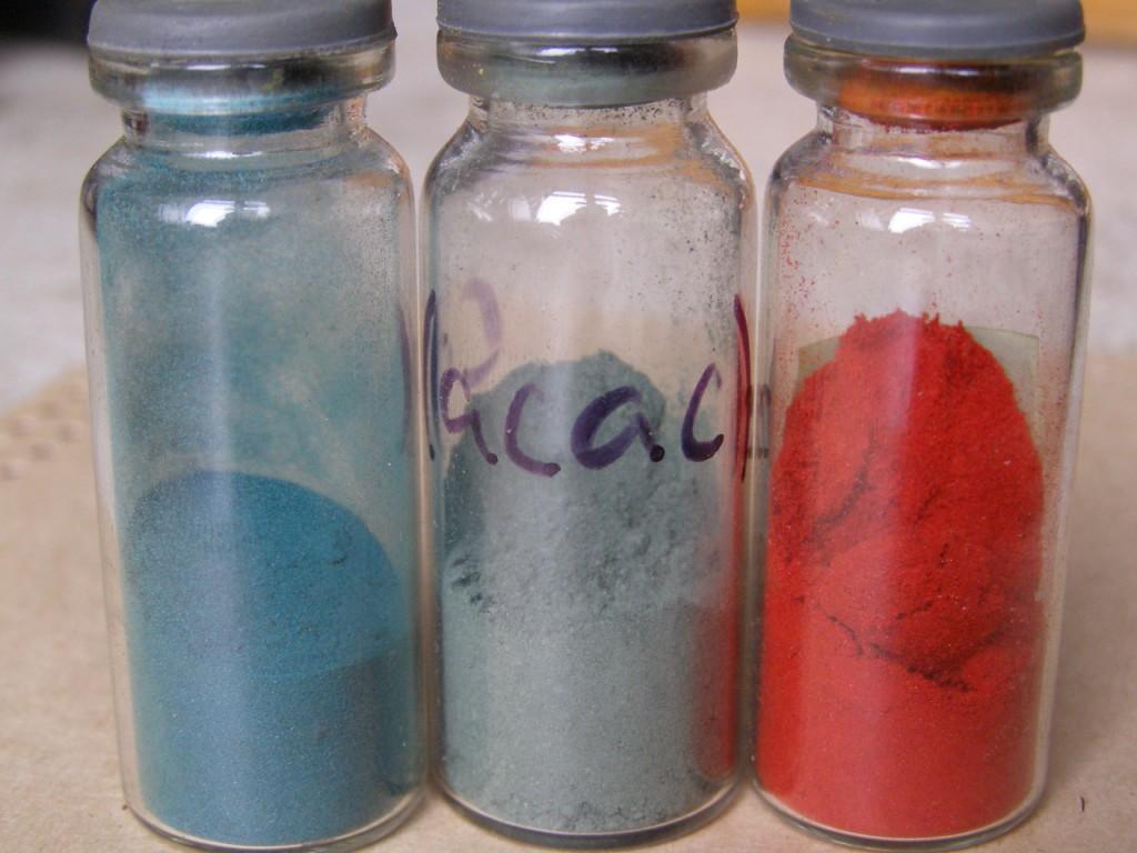 Ацетилацетонаты кобальта и железа (красный). Используются для получения кластеров металлов