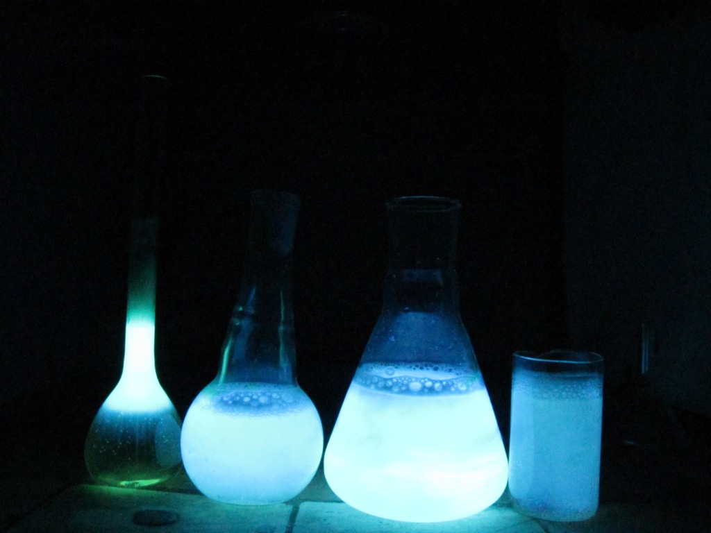 Свечение люминола. Luminescence of Luminol (Glowing of Luminol Solution)