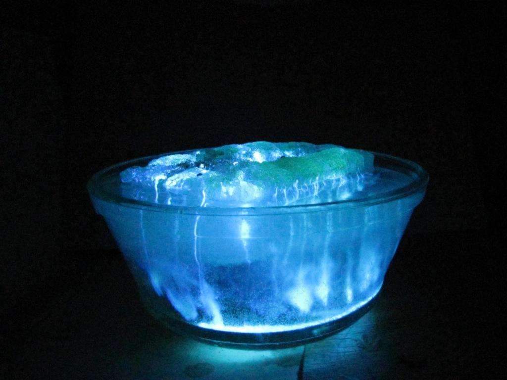 Светящийся айсберг (люминол)