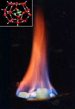 Горение газового гидрата (сверху изображена его структура)
