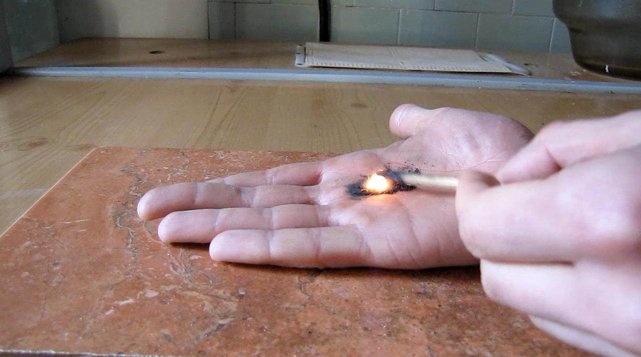 Огонь на ладони - горение черного пороха