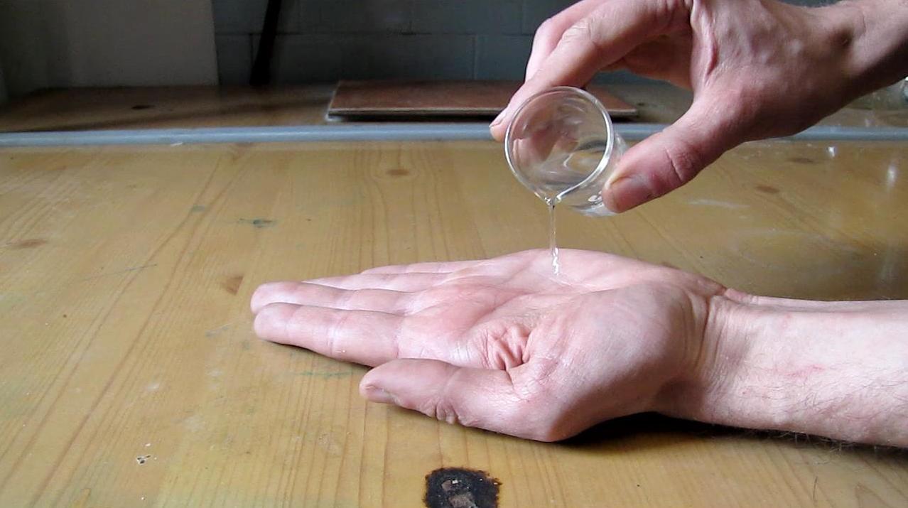 Жидкая пропан-бутановая смесь и ладонь