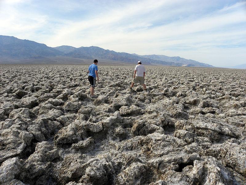 Отложения галита на дне пересохшего озера в Долине Смерти (Калифорния)