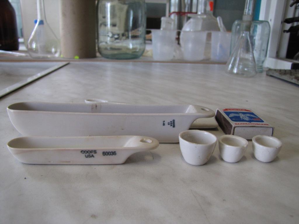 Химическая посуда из фарфора: тигли, лодочки, ложка, шпатель, кружка, стакан