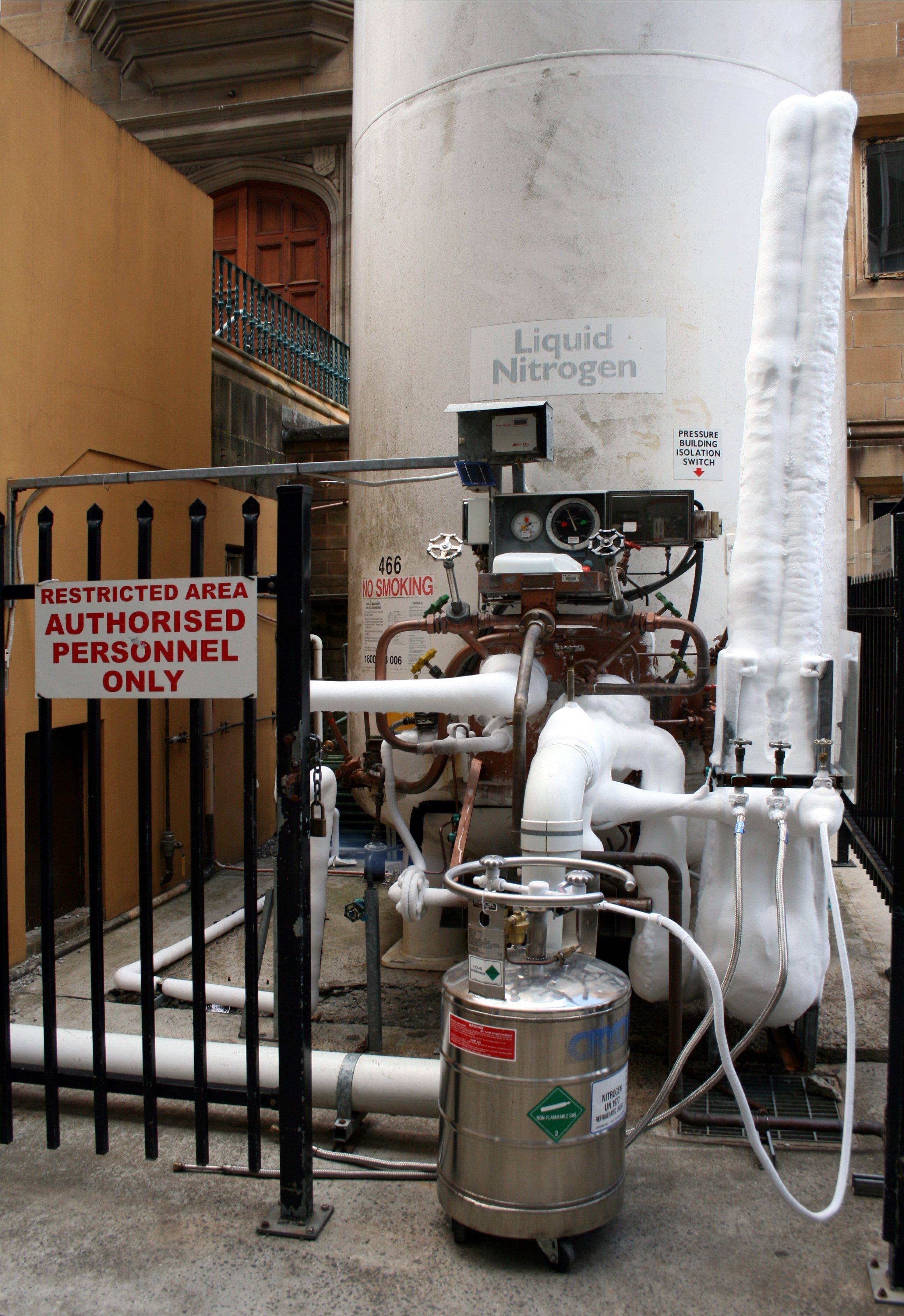 Жидкий азот наливают в сосуд Дьюара