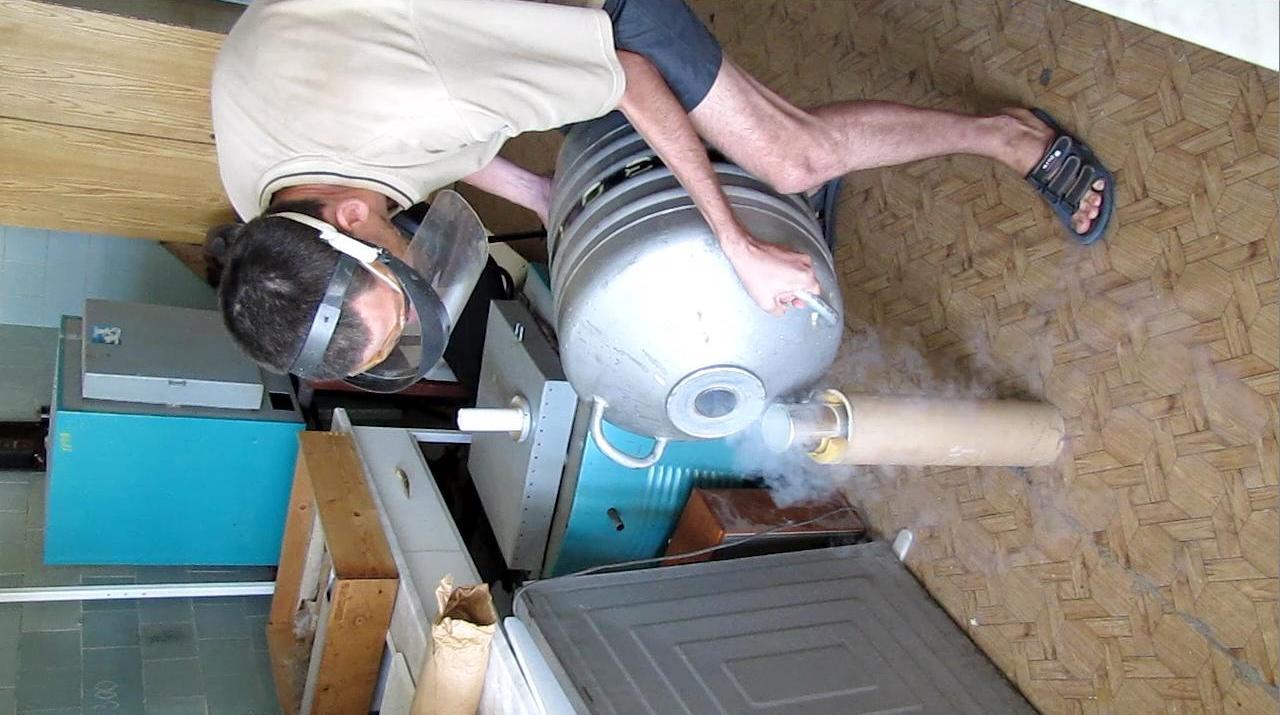 Взрыв сосуда Дьюара при наливании жидкого азота