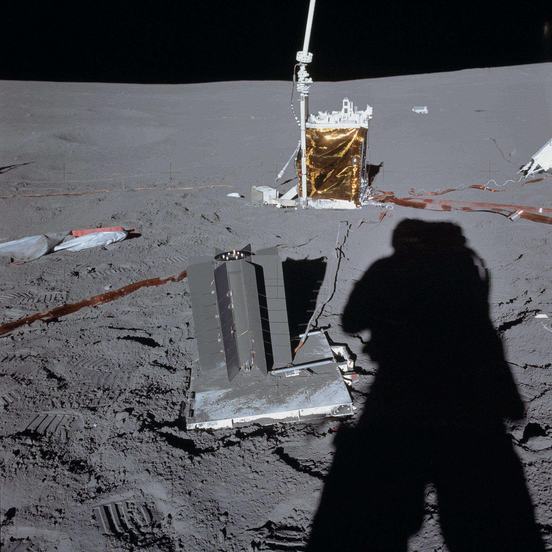 Радиоизотопный термоэлектрический генератор, применявшийся в миссии Аполлон-14 (в центре)