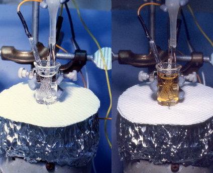 Растворы солей америция: Am3+ (слева) and Am4+ (справа). Am3+ бесцветный при малых концентрациях и красноватый - при более высоких