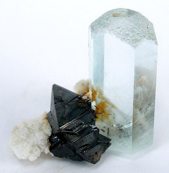 Аквамарин (светлый кристалл) и касситерит (темный)