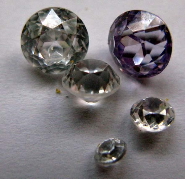 Фианит - искусственный камень, имитирующий алмаз (кубическая модификация диоксида циркония)