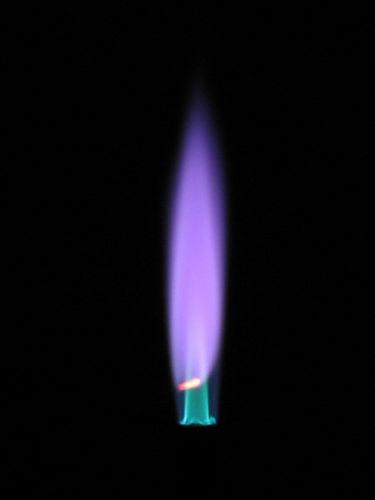 Летучие соли цезия окрашивают пламя горелки в розовато-фиолетовый цвет