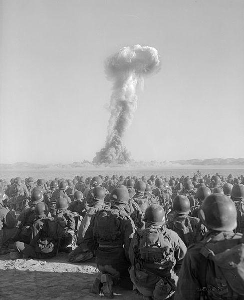 Войска наблюдают за ядерным взрывом во время учений Desert Rock I (1 ноября 1951 г.)
