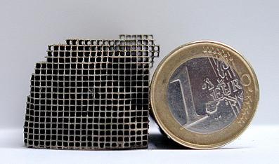 В автомобильных каталитических конверторах используют платину и палладий, которые наносят на специальный носитель