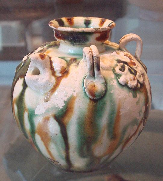 Сосуд, покрытый цветной свинцовой глазурью (Китай, VIII век нашей эры)