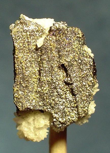 Минералы  меллонит (теллурид никеля NiTe2) и калаверит (теллурид золота AuTe2)