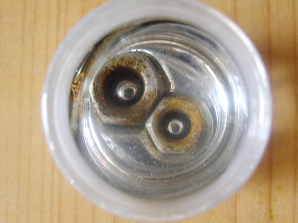 Железные гайки тонут в воде, но плавают на поверхности ртути