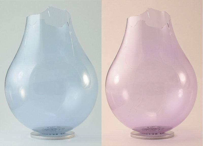 Колба лампы из неодимового стекла: слева - при свете люминесцентной лампы, справа - при свете лампы накаливания