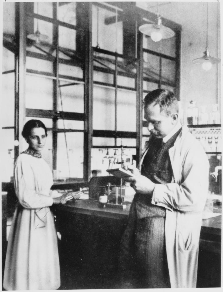 Отто Ган и Лиза Мейтнер за работой в лаборатории