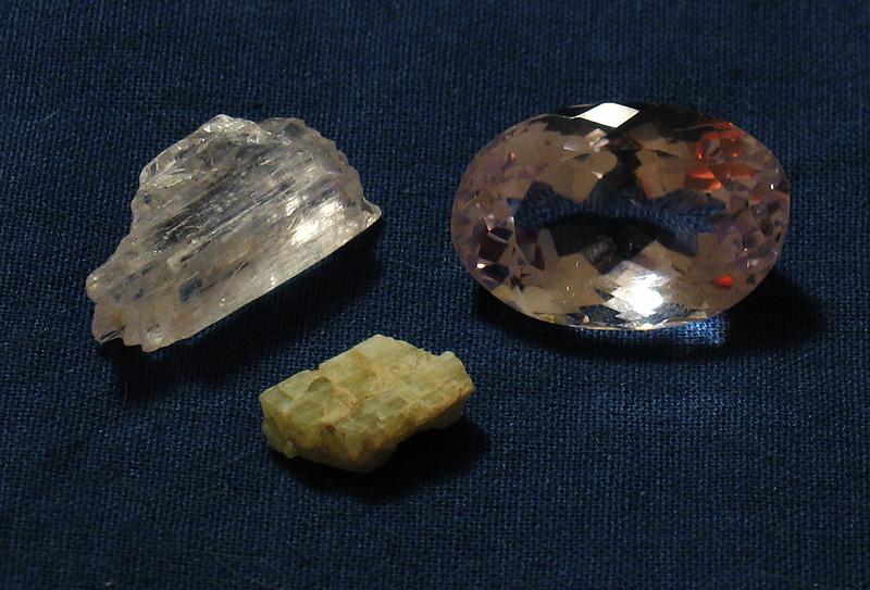 Минерал сподумен - силикат лития и алюминия LiAl(Si2O6)