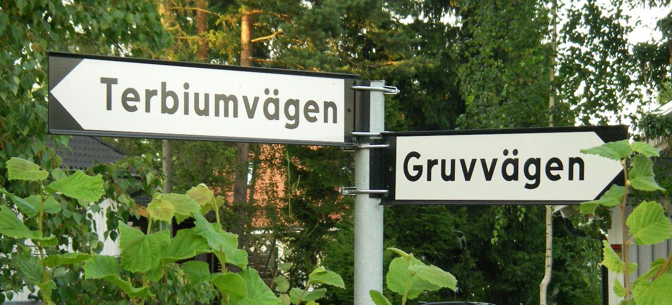 Дорожный указатель в поселке Иттербю (слева