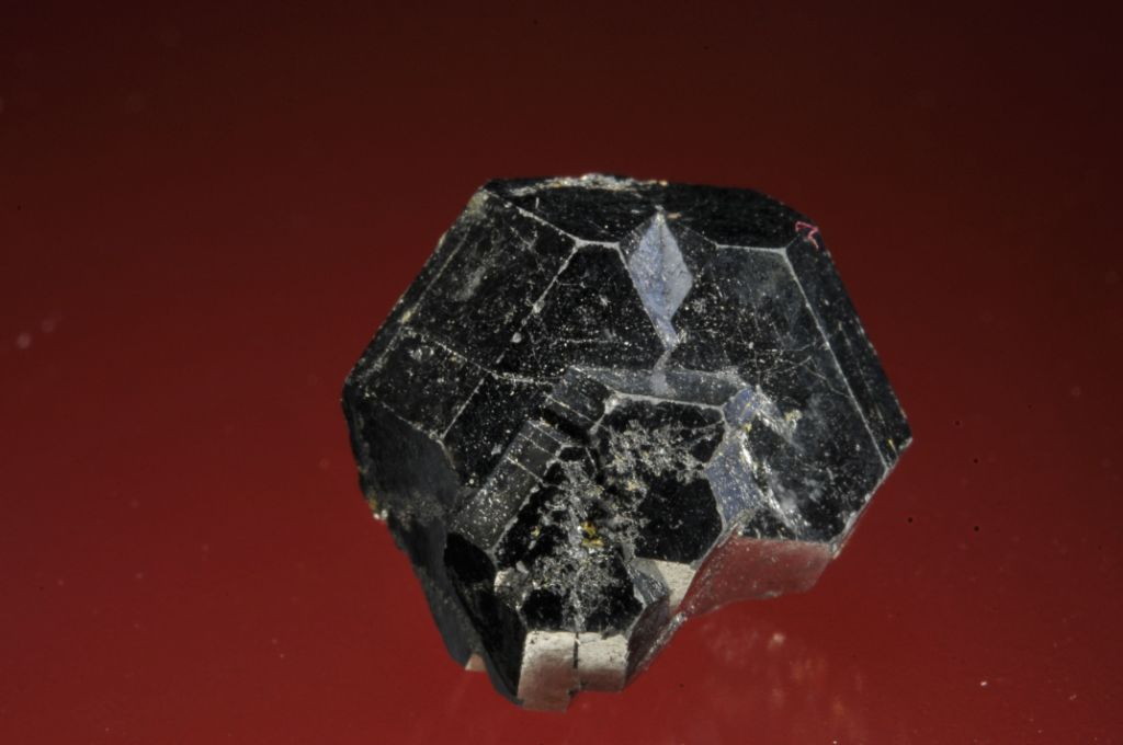 Уранинит (настуран, урановая смолка). Состав минерала изменяется от UO2 до U3O8