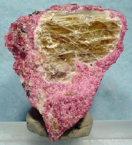 Власовит (Vlasovite) - силикат натрия и циркония Na2ZrSi4O11