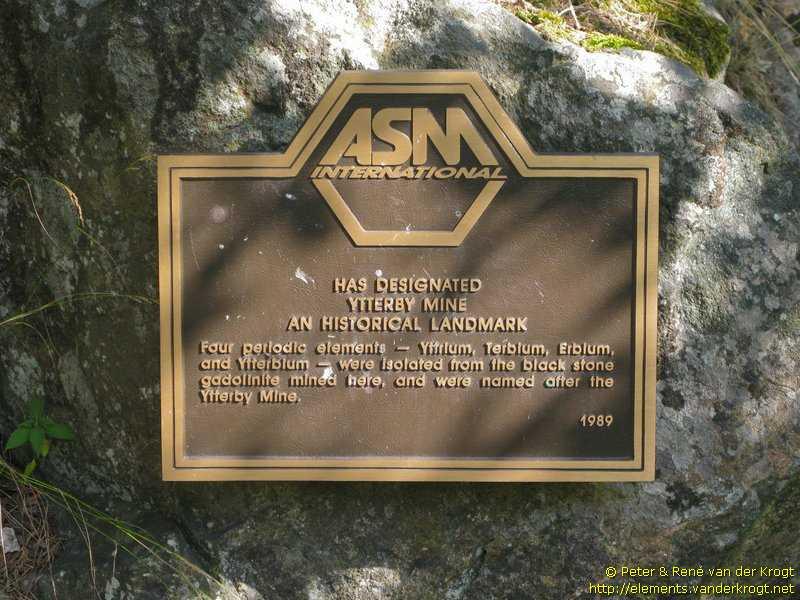 Мемориальная доска возле шахты в Иттербю