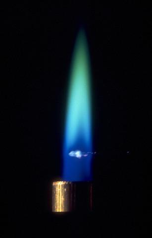 Барий окрашивает пламя в зеленый цвет. Соединения бария используются в пиротехнике