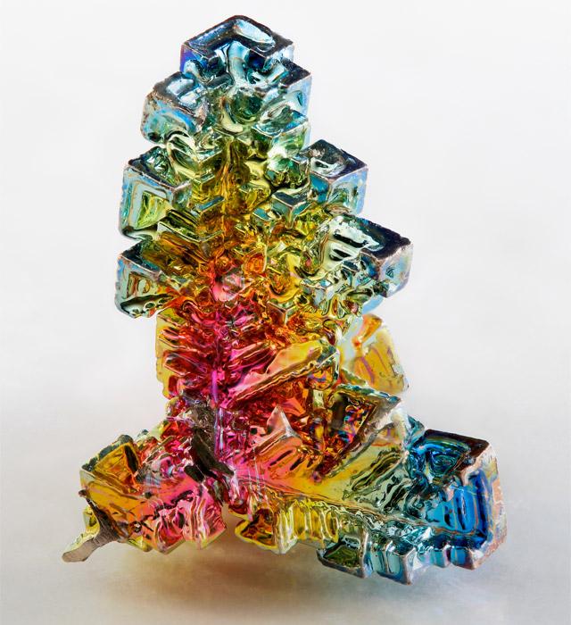 Кристаллы висмута, покрытые тонкой оксидной пленкой (видна интерференция света)