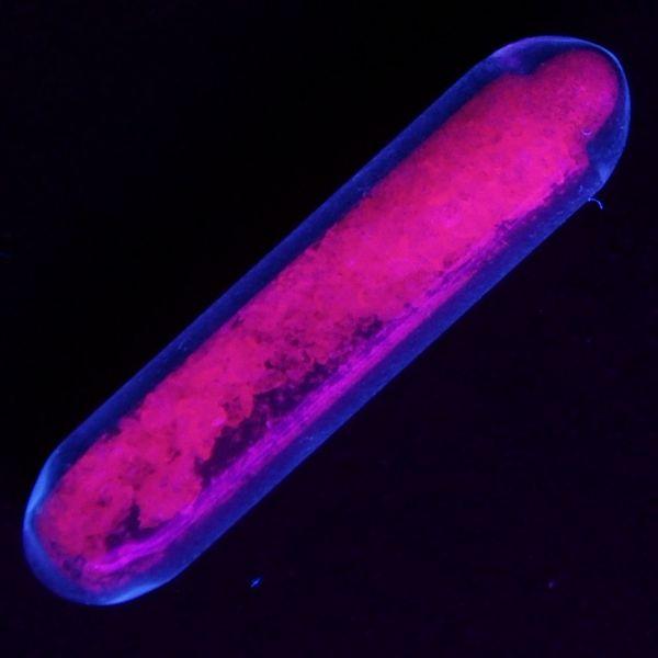 В ультрафиолетовых лучах сульфат европия Eu2(SO4)3 светится красным