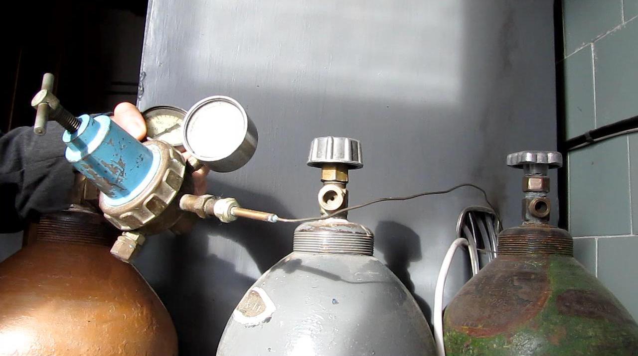 Гелий (слева), аргон (в центре), водород (справа) - баллоны