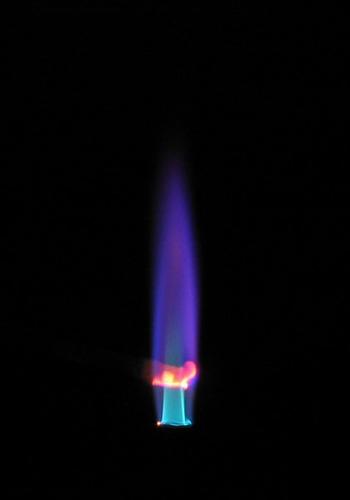 Хлорид индия окрашивает пламя в сине-фиолетовый цвет