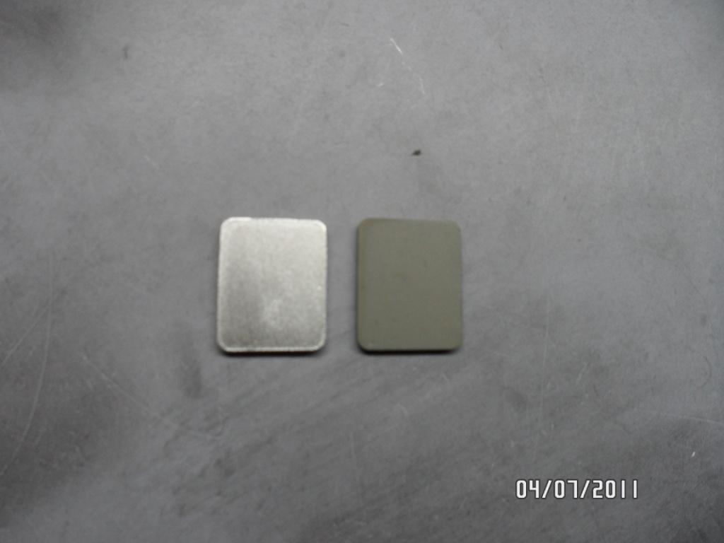 Слева: керамика  с нанесенным сплавом индий - галлий, справа: чистая керамика