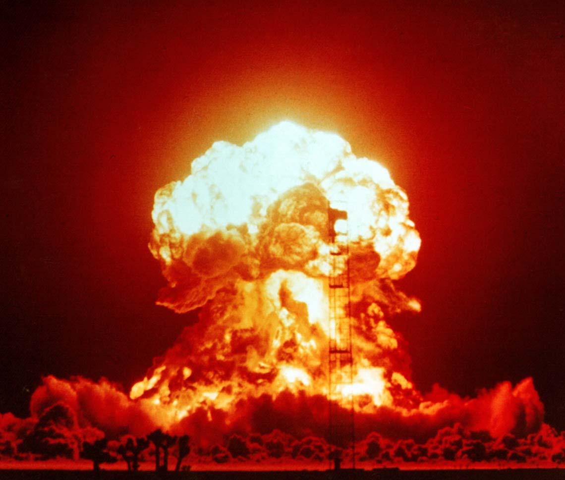 Взрыв ядерной бомбы мощностью 23 килотонны. Полигон в Неваде (1953 г.)