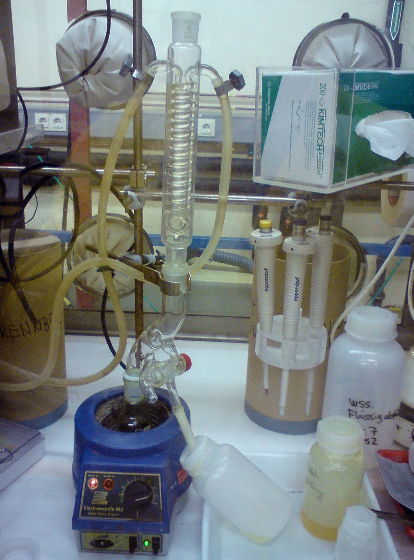 Начало очистки нептуния от америция и плутония. Первая фаза - выпаривание азотной кислоты и последующее растворение солей в соляной кислоте
