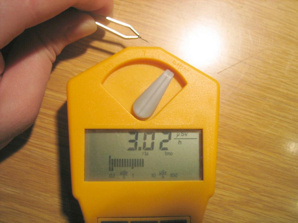 Стрелки часов с радиевым люминофором дают ощутимый радиоактивный фон