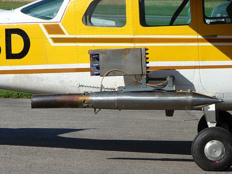 Самолет, оснащенный устройством для рассеивания в облаках иодида серебра