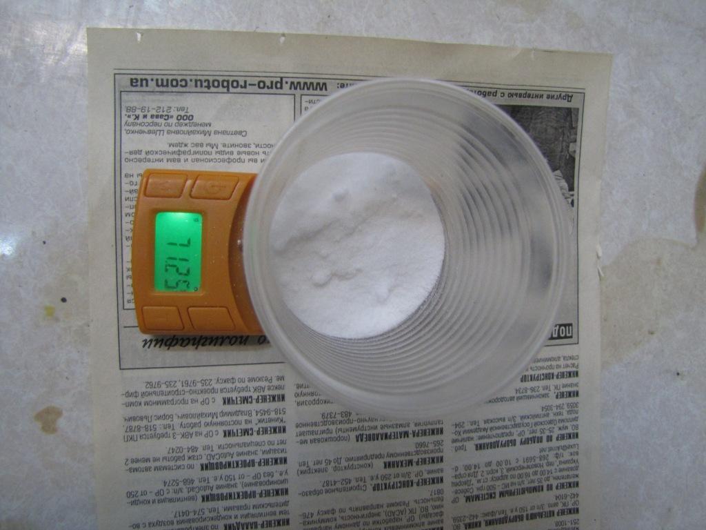Изготовление фитиля из газеты, пропитанной калиевой селитрой