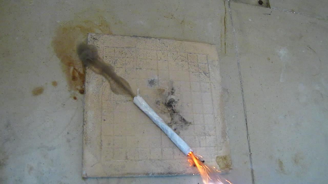 Горение фитиля из газеты, пропитанной калиевой селитрой (прострел)