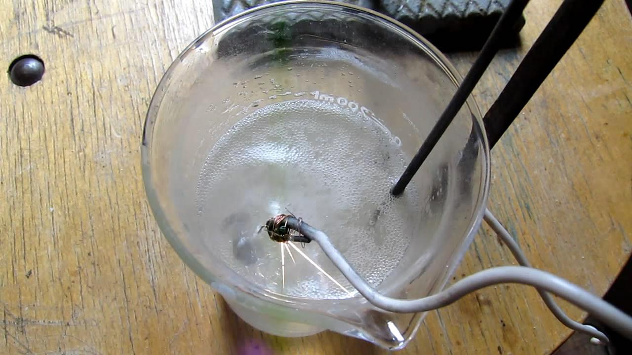 Электрическая дуга между раствором хлорида натрия и графитом