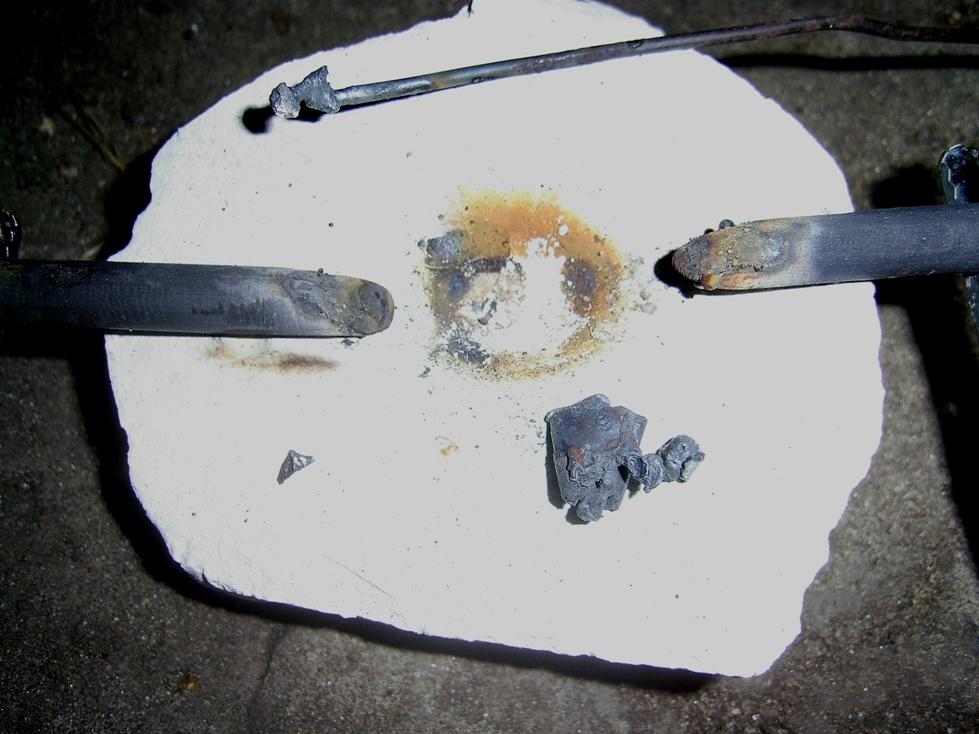 Оплавленная проволока и слиток железа, полученный на куске мела