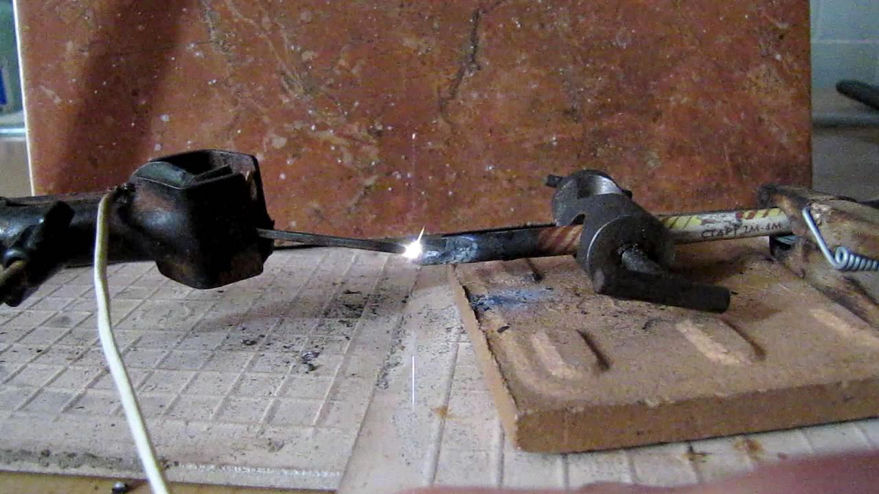 Электрическая дуга между графитом и железом