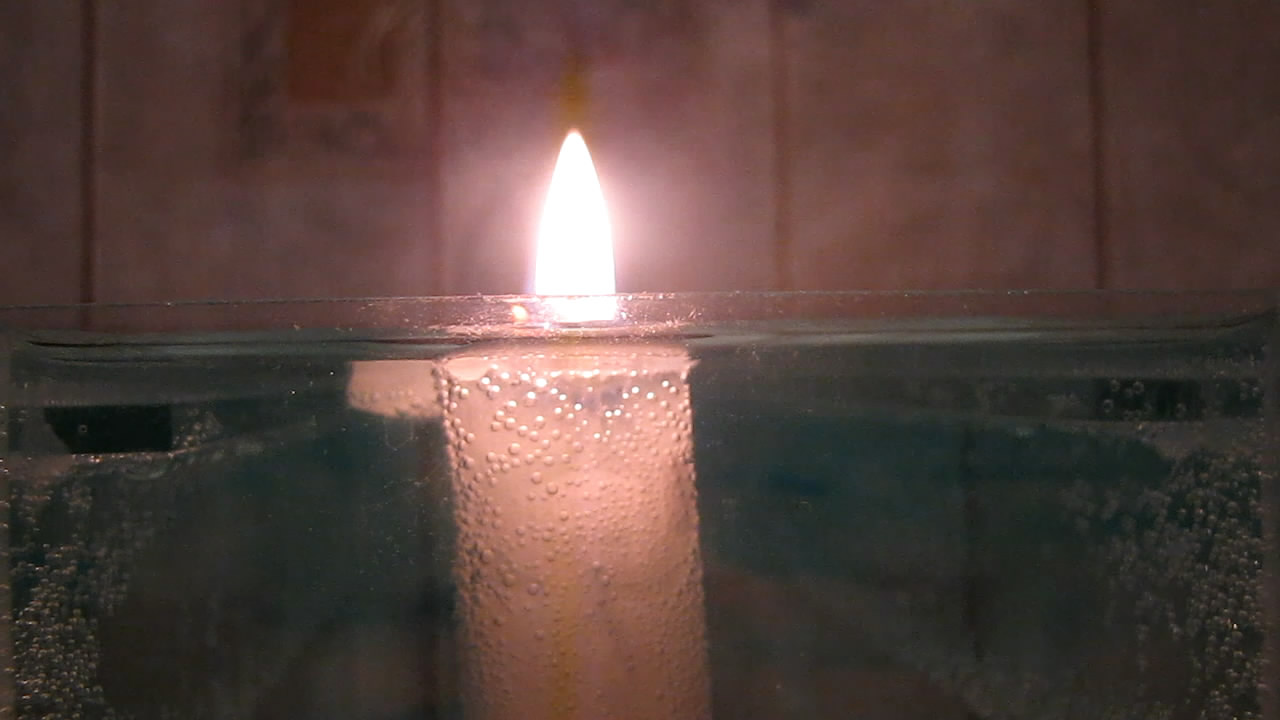 Свеча горит под водой? Does candle burn under water?